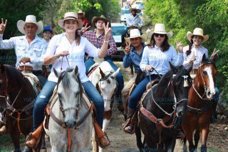 Cecilia Patrón recorre a caballo la comisaría de Dzununcán