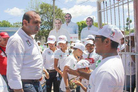 Casa por casa va escuchando Felipe Cervera las necesidades sociales
