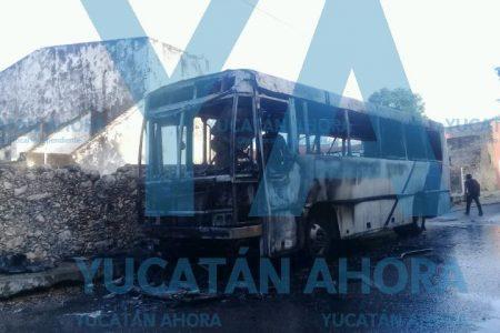 Se quema un autobús de transporte de personal