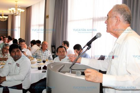 Huacho Díaz ofrece que habrá desarrollo parejo en Yucatán