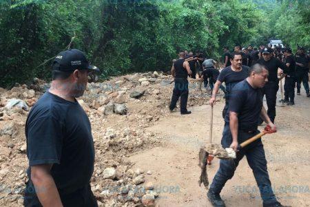 Más de 100 elementos de SSP liberan la vía donde se desgajó un cerro