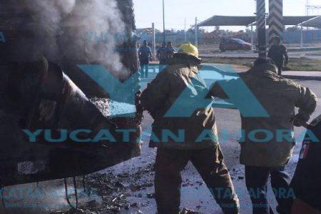 Se quema un autobús a las puertas de la base de bomberos en Progreso