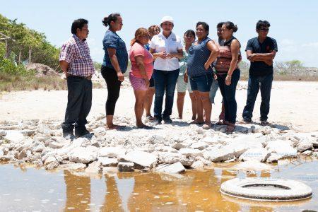Vecinos de Progreso muestran a Carmen Ordaz enorme criadero de moscos