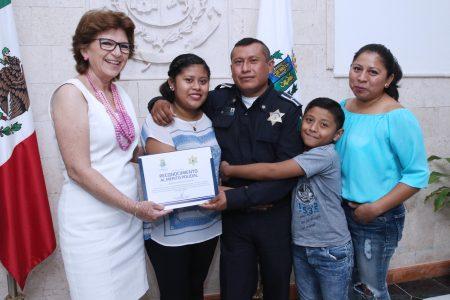 Es un hombre honrado: dice esposa de policía que encontró mochila con 116 mil pesos