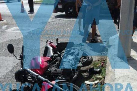 No vio un alto y se llevó a un motociclista en Ciudad Caucel