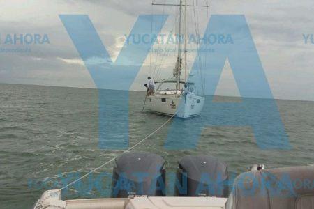 Rescatan velero varado frente a Yucalpetén