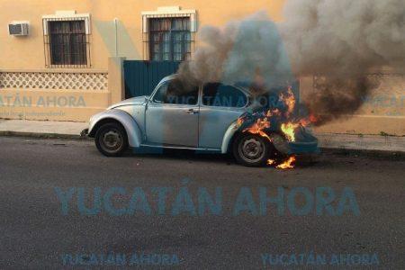 Se le quema su VW clásico en calles de la colonia Jesús Carranza