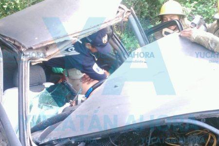 Choca y queda atrapado en su vehículo en la carretera Mérida-Celestún