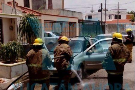De la nada se incendia auto estacionado