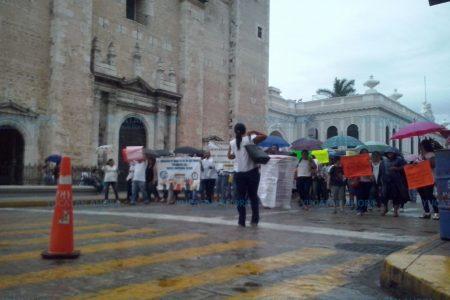 Pese a la lluvia, maestros protestan por sus derechos pisoteados