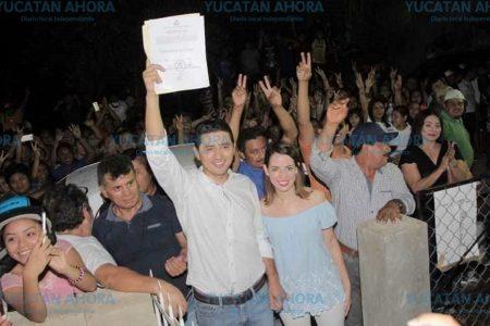 Diego Ávila levanta el acta de mayoría ente sus simpatizantes tekaxeños
