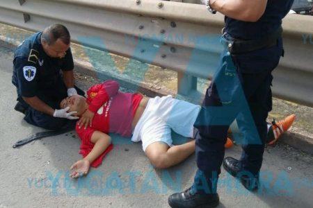 Por no guardar su distancia, joven motociclista choca en puente del Periférico