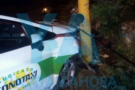 Taxista se duerme al volante y acaba sobre un poste
