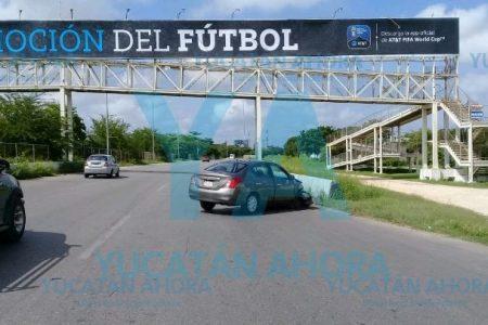 Choca y abandona su auto en el Periférico de Mérida