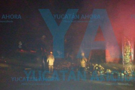 Se quema tractocamión cargado con verduras, en la carretera Mérida-Campeche