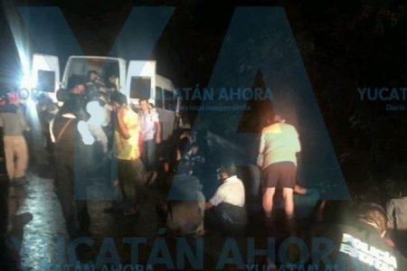 Tragedia en carretera: choca un taxi colectivo con saldo de un muerto y 18 heridos