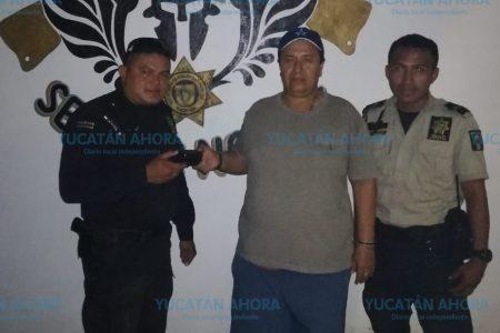 Policías encuentran cartera y se la entregan a su dueño