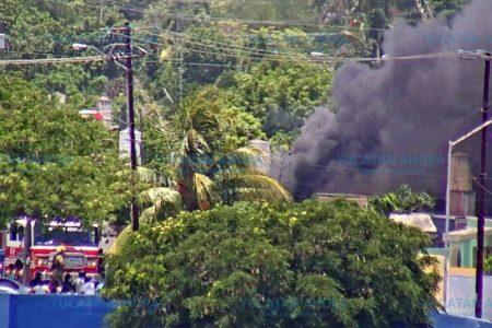 Voraz incendio en una casa de San José Tecoh, en el sur de Mérida