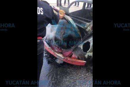 Se incendia el auto de un abuelito en plena marcha por Vista Alegre