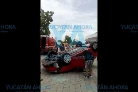 Joven conductora atrapada en su auto, en la zona de Altabrisa
