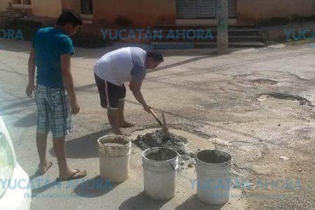 Hartos de los baches, vecino de Peto decide repararlos por su cuenta