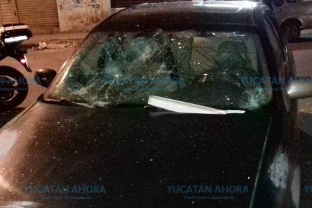 Con las sillas de la cantina le rompen todos los cristales a un automóvil