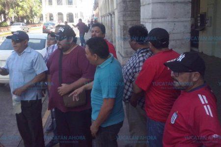 Taxistas protestan, que han perdido el 70 % de sus ingresos por plataformas 'pirata'