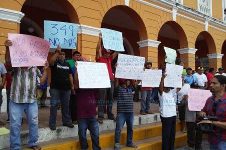 Protestan 200 mototaxistas frente al palacio municipal de Motul
