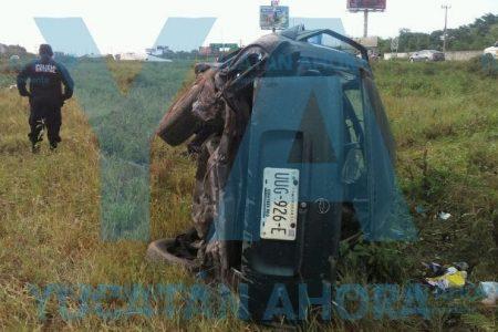 Vuelca en la carretera Mérida-Progreso y abandona a su amigo ebrio