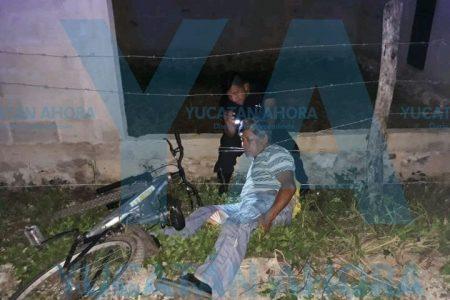 Derrapa en su bicicleta y se enreda en una cerca de alambre de púas