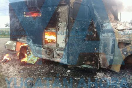 Se quema camioneta blindada que iba a buscar valores a El Cuyo