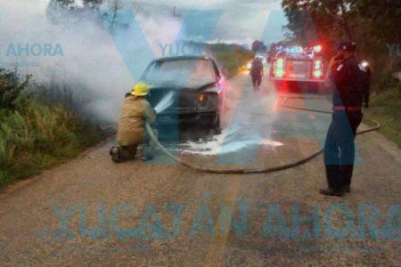 Explota camioneta antes de comenzar a quemarse, en el sur de Yucatán