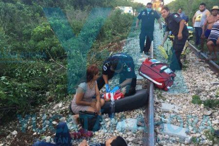 Intenta ganarle al tren que lo arrastra hasta hacerlo volcar: cinco lesionados