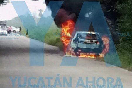 Se le quema su Mazda en la carretera Valladolid-Calotmul