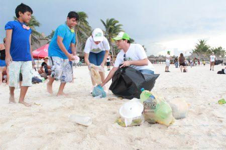 Voluntarios limpian la playa del malecón de Progreso