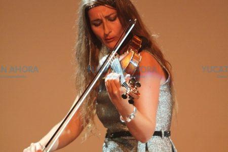 Elena Mikhailova mueve los sentimientos a los meridanos con su violín