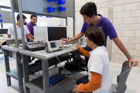 Preparan a personal para proporcionar servicio de tecnología y comunicaciones a la ZEE