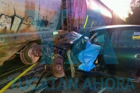 Locomotora arrastra un auto en la vía Tixpéual-Tixkokob: un muerto