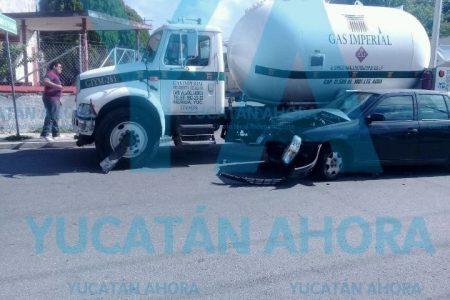 Aún hay Esperanza: chocan auto y pipa de gas doméstico, sin lesionados y sin fugas