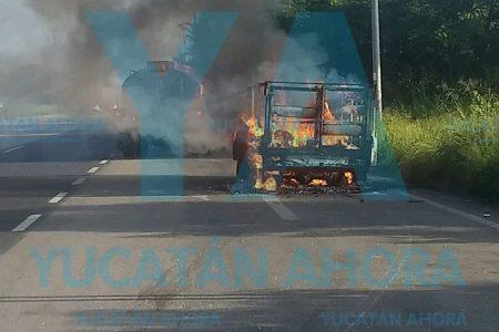 Se quema camioneta en la carretera Mérida-Progreso