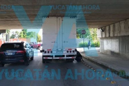Resulta mal calculador el chofer de una camioneta: se atora en puente del Periférico