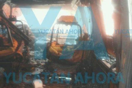 Fuego de origen desconocido consume camioneta en el centro de Mérida
