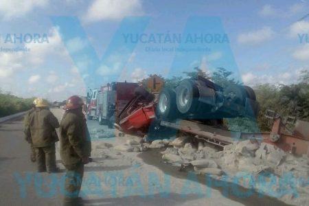 Vuelca tractocamión con 45 toneladas de cemento, en la carretera Mérida-Chetumal
