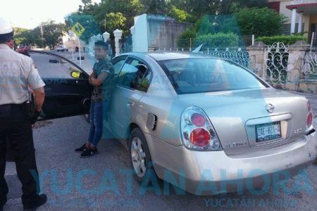 Quinceañero en líos: conduce un auto y se sube a la acera cerca del Monumento a la Patria