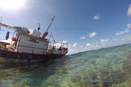 Permanece encallado en Arrecife Alacranes el barco pesquero Fallito