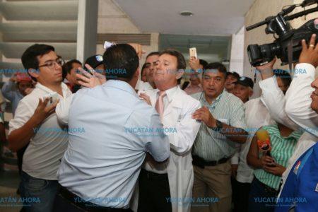 Denuncian que líder sindical del HRAEPY de nuevo 'agita' el agua en busca de reelegirse