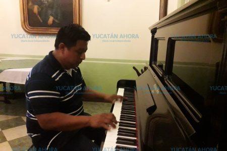 Músico 'de oídas' sorprende tocando el piano en la hacienda Noc Ac