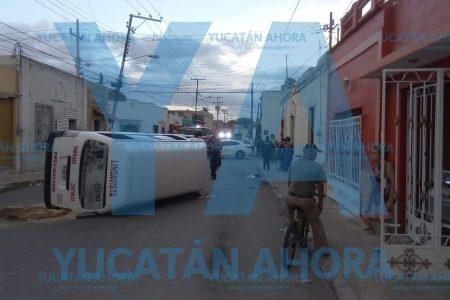 Vuelca taxi colectivo en calles del centro de Mérida