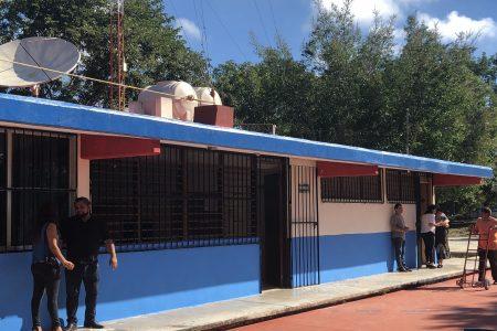 Vecinos apoyados por autoridades y Grupo Bimbo dejan bonita la telesecundaria de Xcanatún