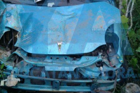 Queda sin vida entre los fierros retorcidos de su vehículo